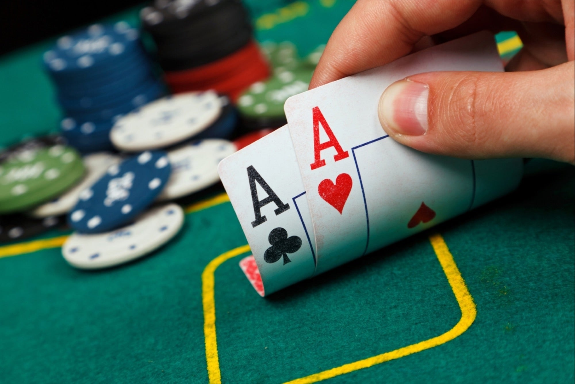 Reasons why people more prefer to play poker online   Spurs Em
